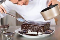 Adornamiento del chef de repostería Fotos de archivo libres de regalías