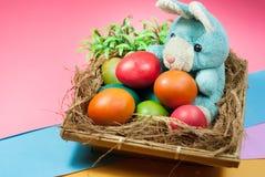 Adornamiento del conejito de pascua y de los huevos de Pascua coloridos Foto de archivo libre de regalías