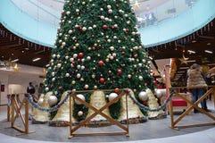 Adornamiento del espacio con el árbol de navidad para el ` s de la Navidad del ` s del día de fiesta y del Año Nuevo Fotografía de archivo libre de regalías