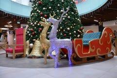 Adornamiento del espacio con el árbol de navidad para el ` s de la Navidad del ` s del día de fiesta y del Año Nuevo Imagenes de archivo