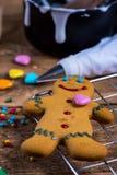 Adornamiento del hombre de pan de jengibre hecho en casa para la Navidad Fotos de archivo