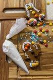 Adornamiento del hombre de pan de jengibre para la Navidad en la tabla de madera Fotos de archivo libres de regalías