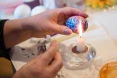 Adornamiento del huevo de Pascua Fotografía de archivo libre de regalías
