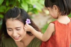 Adornamiento del pelo de las madres Fotografía de archivo libre de regalías