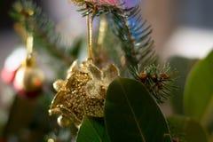 Adornamiento del ramo de la Navidad con los ornamentos y el sujetador amarillos del árbol Imagen de archivo