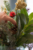 Adornamiento del ramo de la Navidad con los ornamentos y la rama de árbol rojos Foto de archivo libre de regalías
