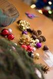 Adornamiento del ramo de la Navidad con los ornamentos y la rama de árbol rojos Imágenes de archivo libres de regalías