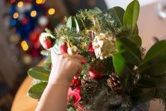 Adornamiento del ramo de la Navidad con los ornamentos y la rama de árbol rojos Fotos de archivo