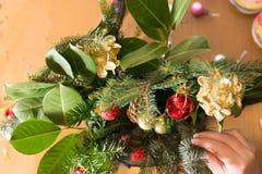 Adornamiento del ramo de la Navidad con los ornamentos y la rama de árbol rojos Imagen de archivo libre de regalías