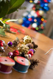 Adornamiento del ramo de la Navidad con los ornamentos y la rama de árbol rojos Imagenes de archivo