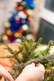 Adornamiento del ramo de la Navidad con los ornamentos y las ramas de árbol Imagen de archivo