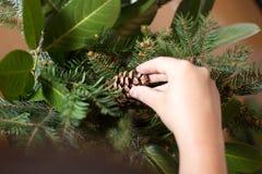 Adornamiento del ramo de la Navidad con los ornamentos y las ramas de árbol Fotografía de archivo libre de regalías