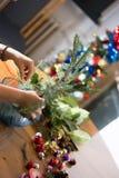 Adornamiento del ramo de la Navidad con los ornamentos y las ramas de árbol Foto de archivo