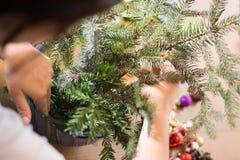 Adornamiento del ramo de la Navidad con los ornamentos y las ramas de árbol Foto de archivo libre de regalías