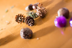 Adornamiento del ramo de la Navidad con los ornamentos y las ramas de árbol Imagenes de archivo