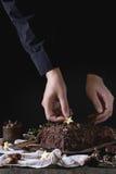 Adornamiento del registro de yule del chocolate de la Navidad Fotos de archivo libres de regalías