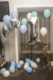 Adornamiento del restaurante con los globos para el aniversario de t Fotografía de archivo