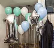 Adornamiento del restaurante con los globos para el aniversario de t Foto de archivo