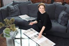 Adornamiento interior, alfombra que hace compras Imágenes de archivo libres de regalías