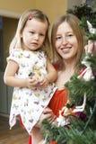 Adornando el árbol de navidad en el país Imagen de archivo libre de regalías