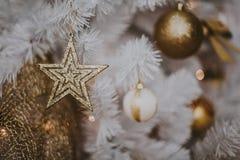 Adornando el árbol de navidad en el país Ornamento cercano para arriba en el fondo del árbol de navidad con las luces y los jugue Imagen de archivo