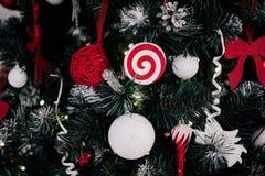 Adornando el árbol de navidad en el país Ornamento cercano para arriba en el fondo del árbol de navidad con las luces y los jugue Imágenes de archivo libres de regalías