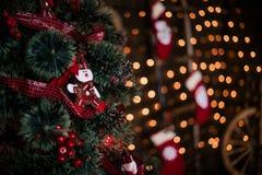 Adornando el árbol de navidad en el país Ornamento cercano para arriba en el fondo del árbol de navidad con las luces y los jugue Imagenes de archivo