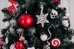 Adornando el árbol de navidad en el país Ornamento cercano para arriba en el fondo del árbol de navidad con las luces y los jugue Fotos de archivo libres de regalías