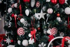 Adornando el árbol de navidad en el país Ornamento cercano para arriba en el fondo del árbol de navidad con las luces y los jugue Fotografía de archivo