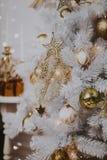 Adornando el árbol de navidad en el país Ornamento cercano para arriba en el fondo del árbol de navidad con las luces y los jugue Foto de archivo