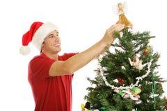 Adornando el árbol de navidad - ángel de la copa de árbol Imagenes de archivo