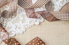 Adornando idea usando cinta marrón en la arpillera despida el fondo Fotografía de archivo libre de regalías