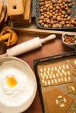 Adornando las galletas del pan de jengibre nuts momentos antes de la hornada Imagenes de archivo