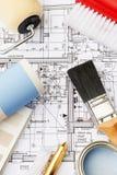 Adornando los componentes dispuestos en planes de la casa Fotografía de archivo