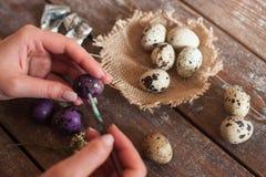 Adornando los huevos para el cierre del día de fiesta de Pascua para arriba Imagen de archivo libre de regalías