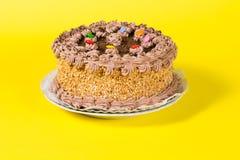 Adorne colorido sabroso del caramelo de la torta de cumpleaños del chocolate y de la avellana Imagenes de archivo