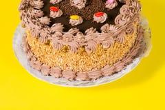 Adorne colorido sabroso del caramelo de la torta de cumpleaños del chocolate y de la avellana Fotos de archivo libres de regalías