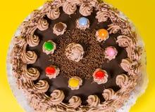 Adorne colorido sabroso del caramelo de la torta de cumpleaños del chocolate y de la avellana Fotografía de archivo libre de regalías