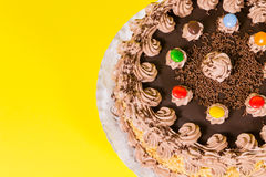 Adorne colorido sabroso del caramelo de la torta de cumpleaños del chocolate y de la avellana Fotografía de archivo