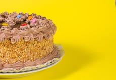 Adorne colorido sabroso del caramelo de la torta de cumpleaños del chocolate y de la avellana Imagen de archivo libre de regalías