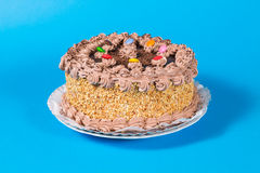 Adorne colorido sabroso del caramelo de la torta de cumpleaños del chocolate y de la avellana Foto de archivo