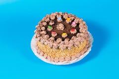 Adorne colorido sabroso del caramelo de la torta de cumpleaños del chocolate y de la avellana Imágenes de archivo libres de regalías
