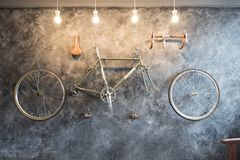 Adorne con la bicicleta en la pared fotos de archivo
