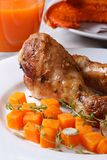 Adorne con la calabaza, las piernas de pollo y el jugo, verticales Fotos de archivo