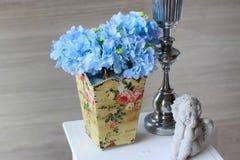 Adorne con la flor azul de la hortensia en florero Fotografía de archivo