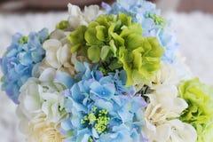 Adorne con la flor azul de la hortensia en florero Imagenes de archivo