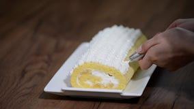 Adorne con la torta blanca poner crema del rollo dulce metrajes