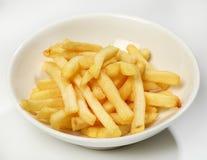 Adorne de patatas fritas en una placa blanca en un fondo blanco Fotos de archivo