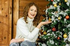 Adorne el árbol de navidad Foto de archivo libre de regalías