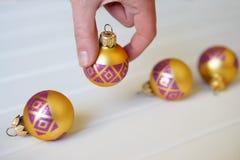 Adorne el árbol de navidad con las bolas brillantes imagen de archivo libre de regalías